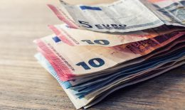 Cum să transferi ușor și ieftin bani în România