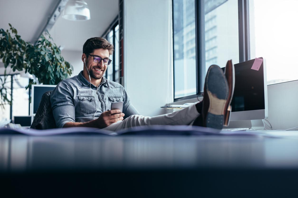 """""""Beți mai puțină cafea și mâncați o dată pe zi"""". Ce reguli pentru angajați există în marile companii"""